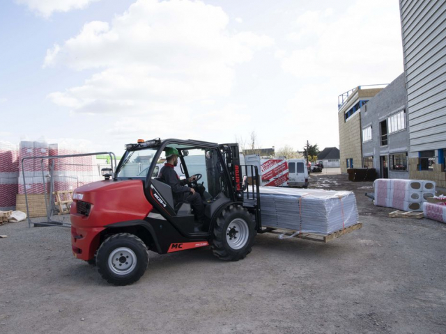 Manitou MC25-4 all terrain heftruck te huur