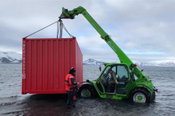 Merlo verreiker in het water op Antarctica